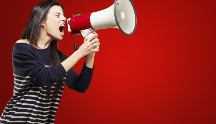 femme-megaphone-1000x576